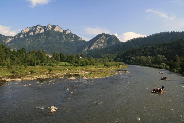 We take a wooden raft for a float down the Dunajec river